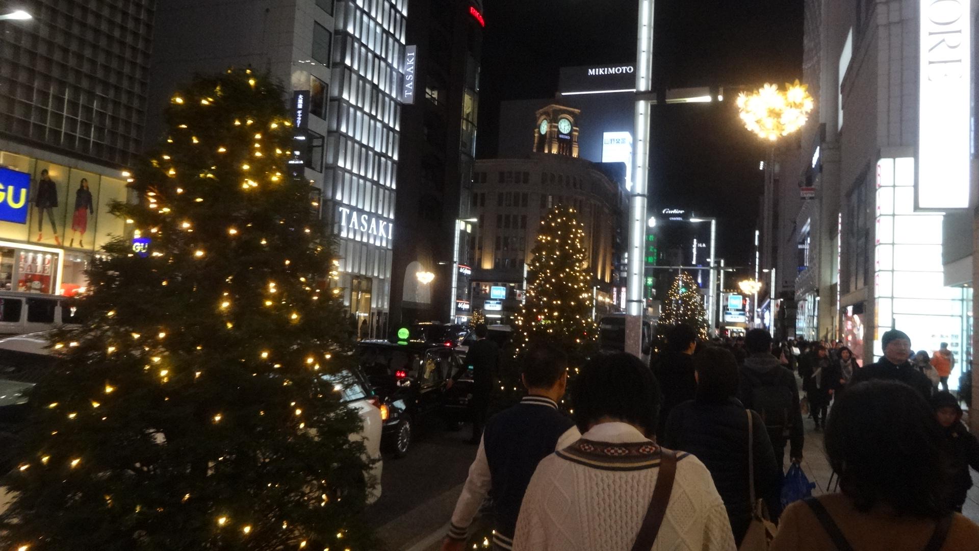 新春の夜の銀座の街