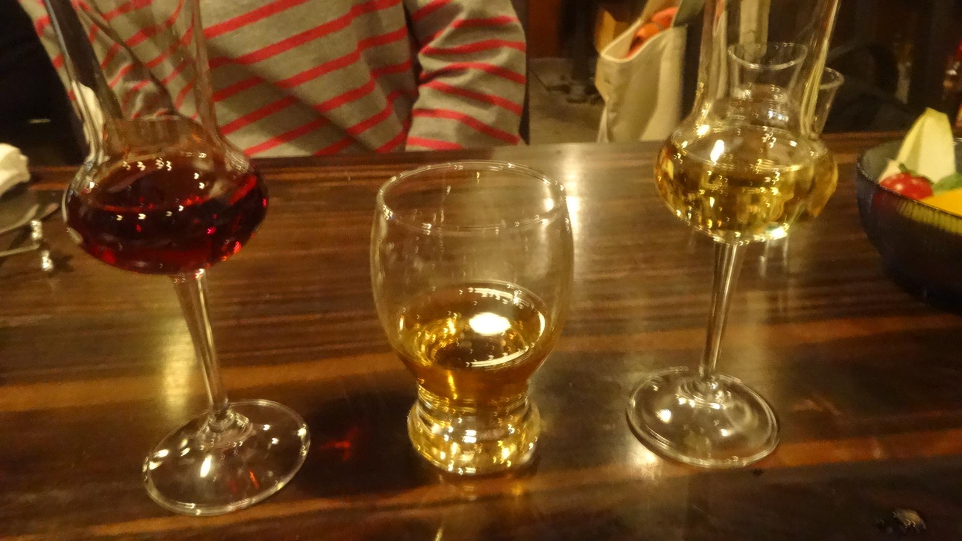 並んだ食後酒のグラス