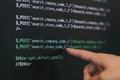 コンピューターのプログラミングをする人