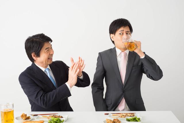 宴会でつらそうに飲み食いする人