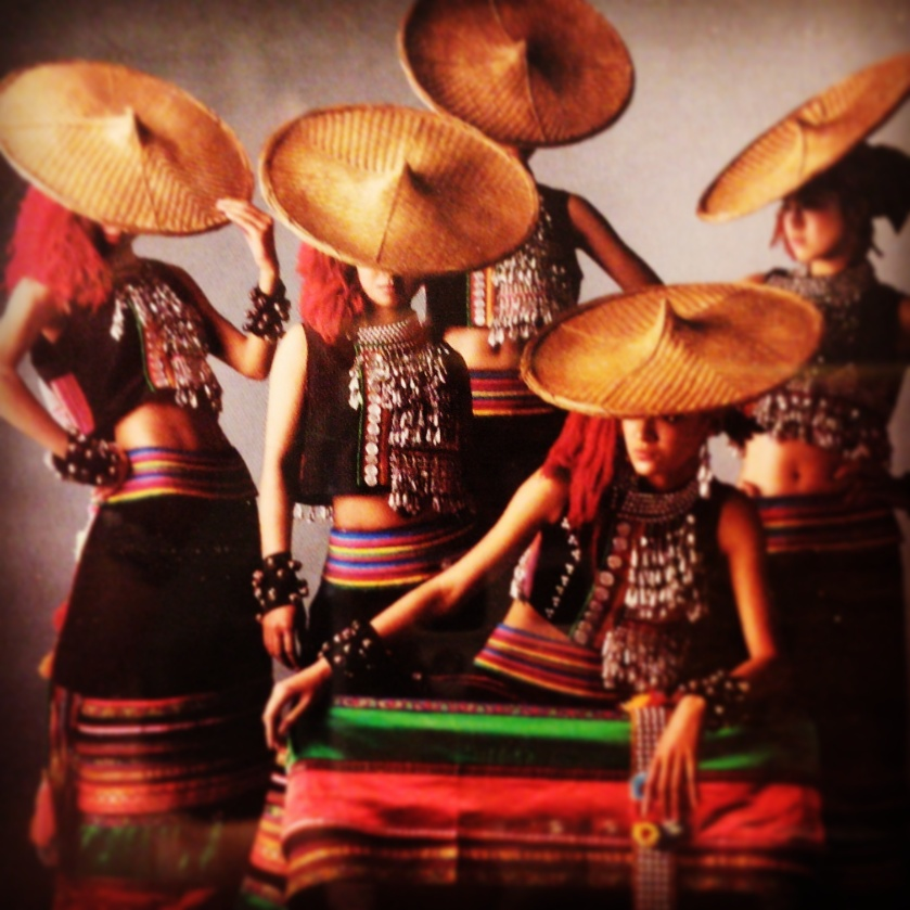 女性賛歌の内容の踊りのダンサーたち