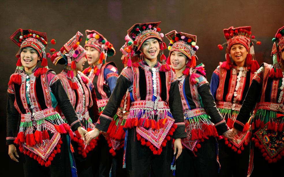 美しい衣装を着た女性たちの民族の舞踊