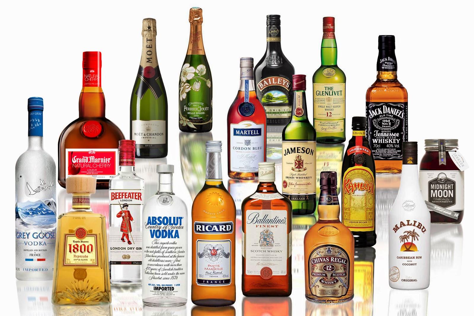 さまざまな種類の蒸留酒の瓶の写真
