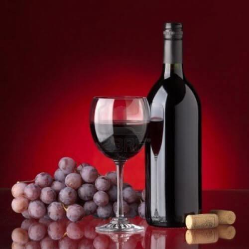 赤ワインが入ったグラスの写真