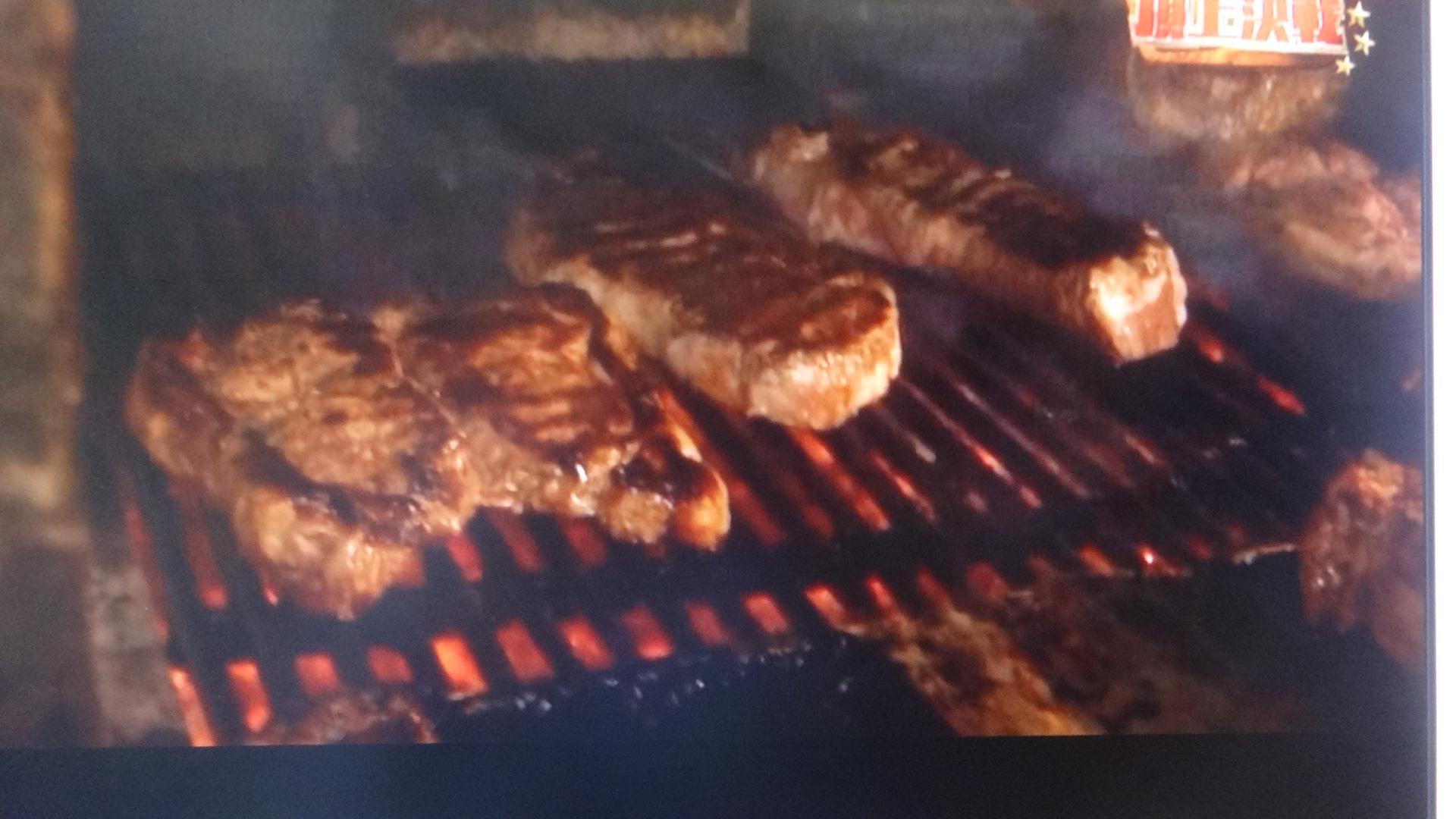ウエルダンで焼いている途中の肉2