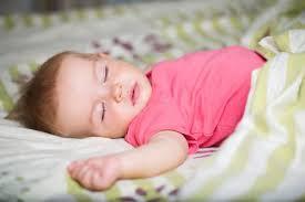 昼寝している赤ちゃんの写真