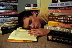 勉強中に寝てしまった人の写真