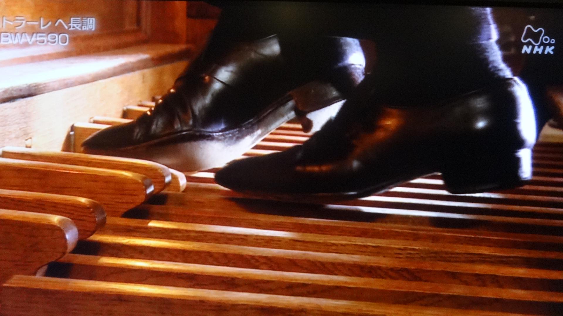 足鍵盤を操作する模様