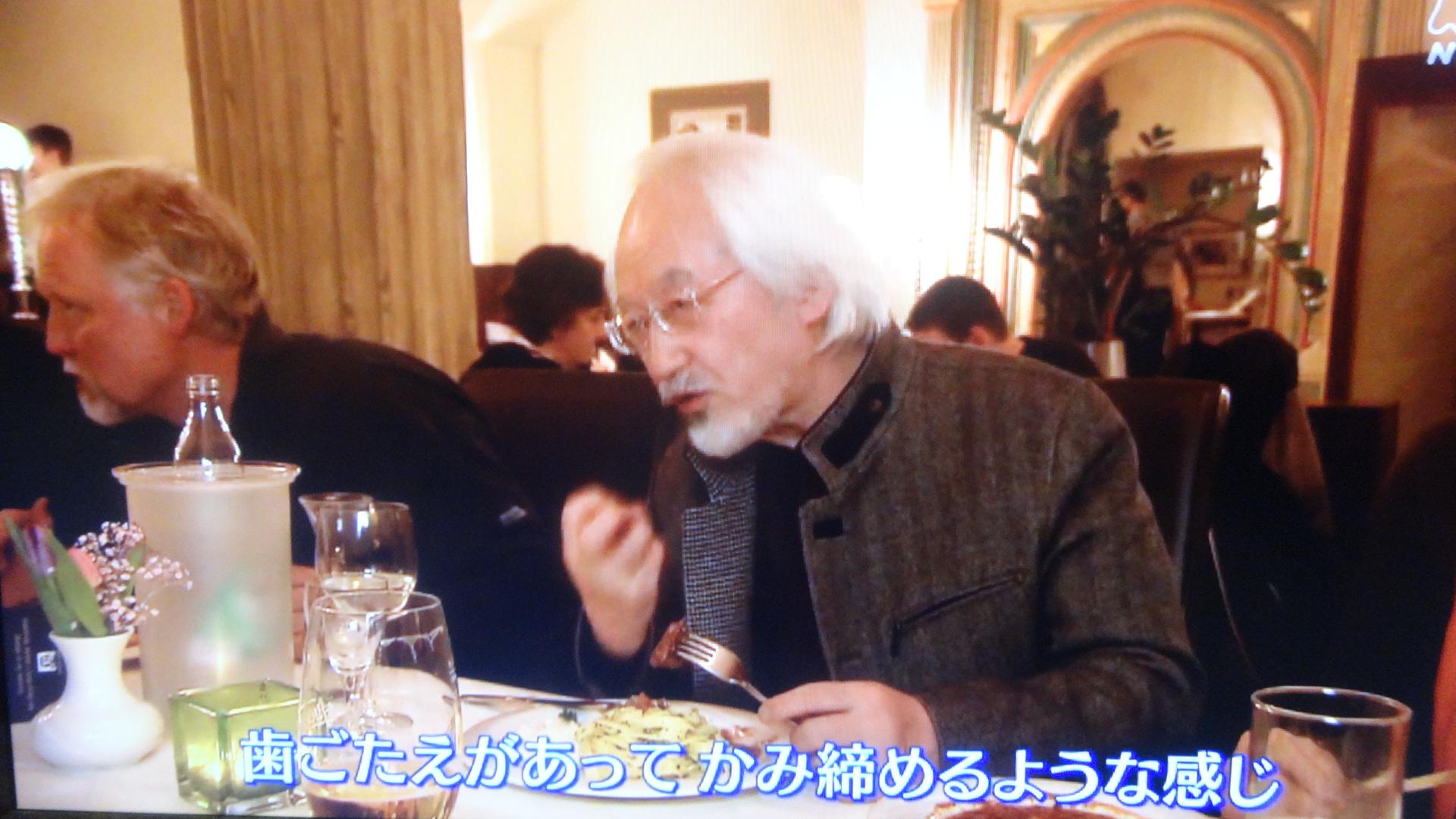 レストランで語りながら食事する鈴木さん