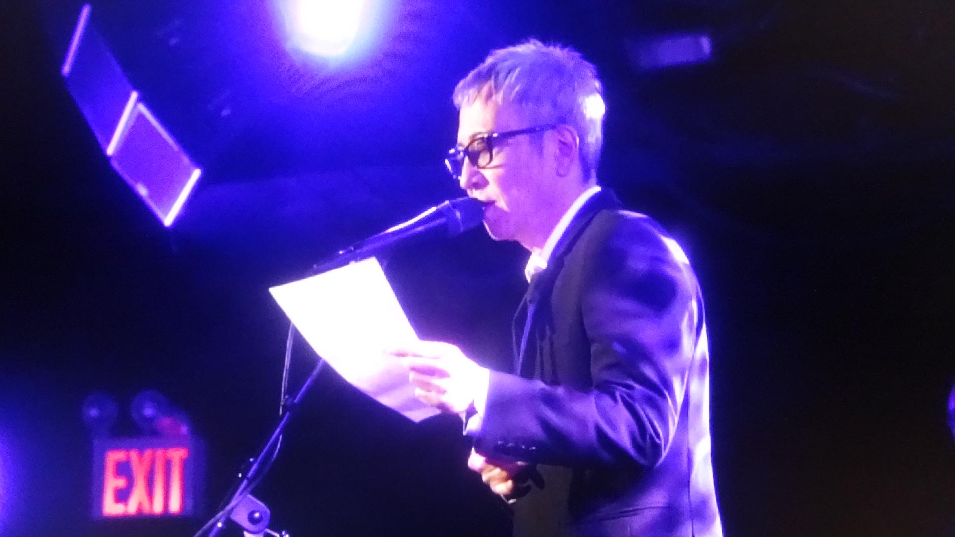 ニューヨークライブハウスのステージで詩を朗読する佐野元春