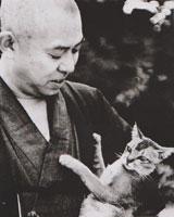 猫と戯れる谷崎の写真