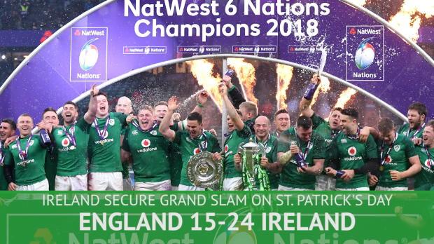 グランドスラムを達成して表彰式で喜ぶアイルランドチームにメンバー