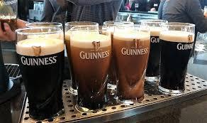 ギネスが入ったたくさんのグラス
