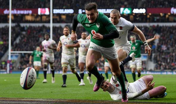 疾走するアイルランドの選手