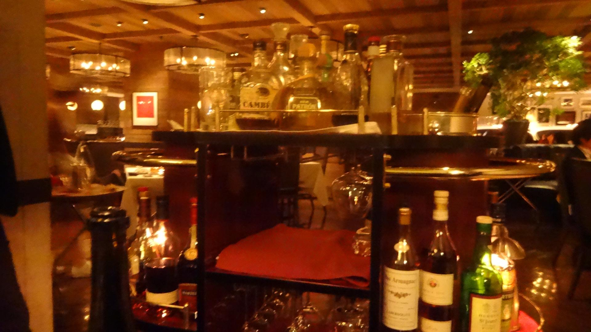 食後酒のボトルが並ぶワゴン