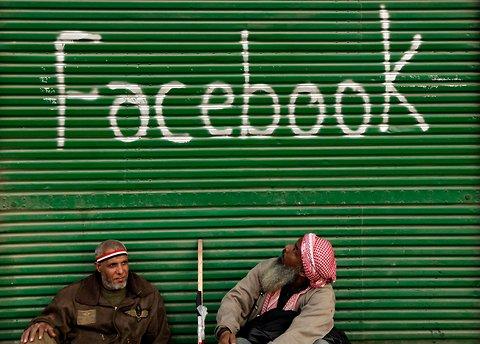 Facebookを見るデモの参加者