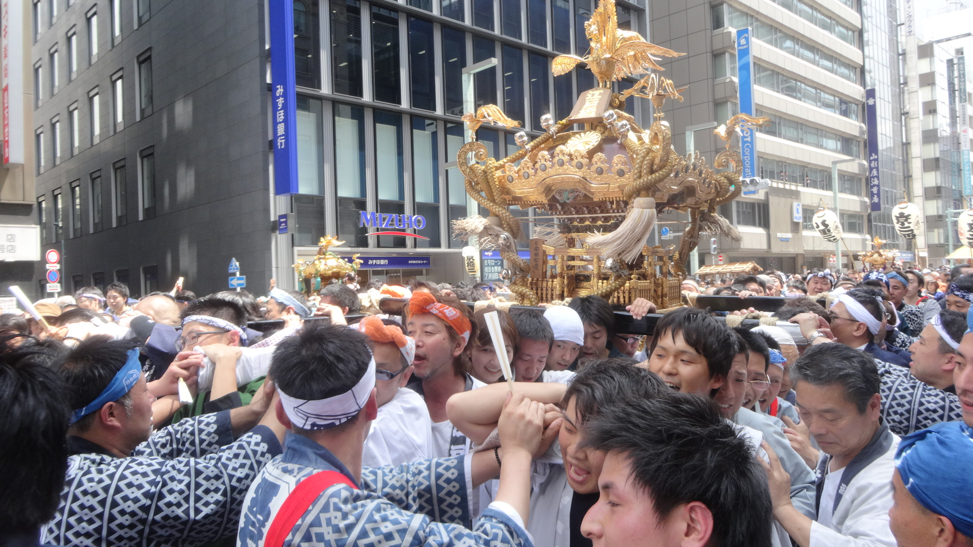 神輿を担ぐ人たち