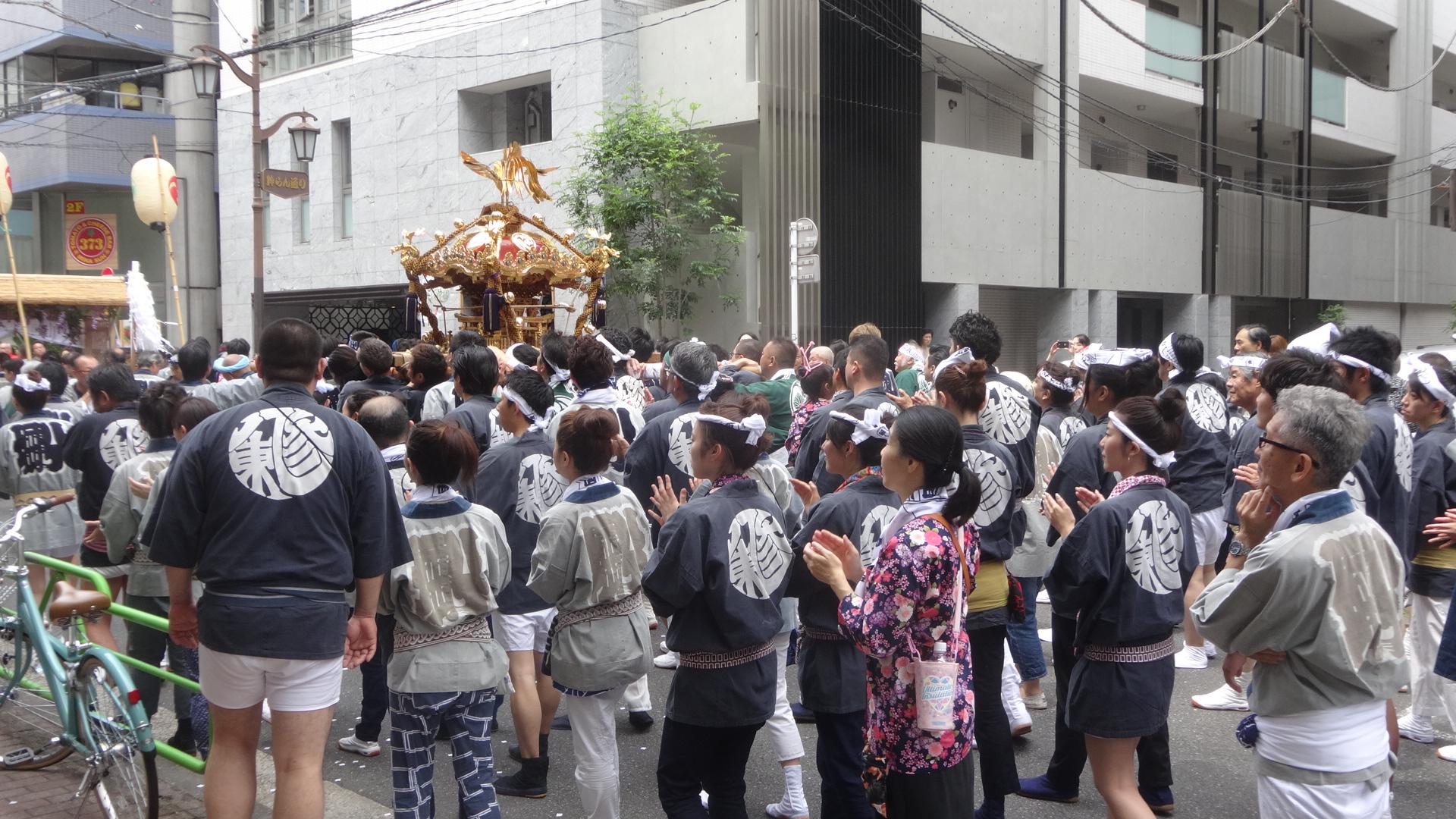 神輿を担ぐ八丁堀三丁目東の法被を着た人たち