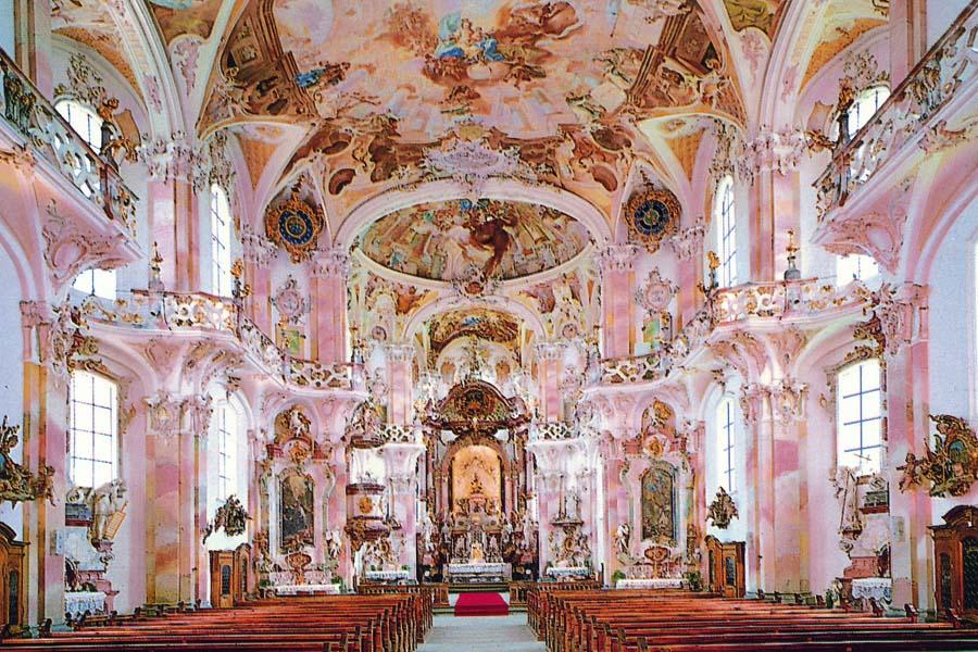 ロココ調の装飾の教会の内部
