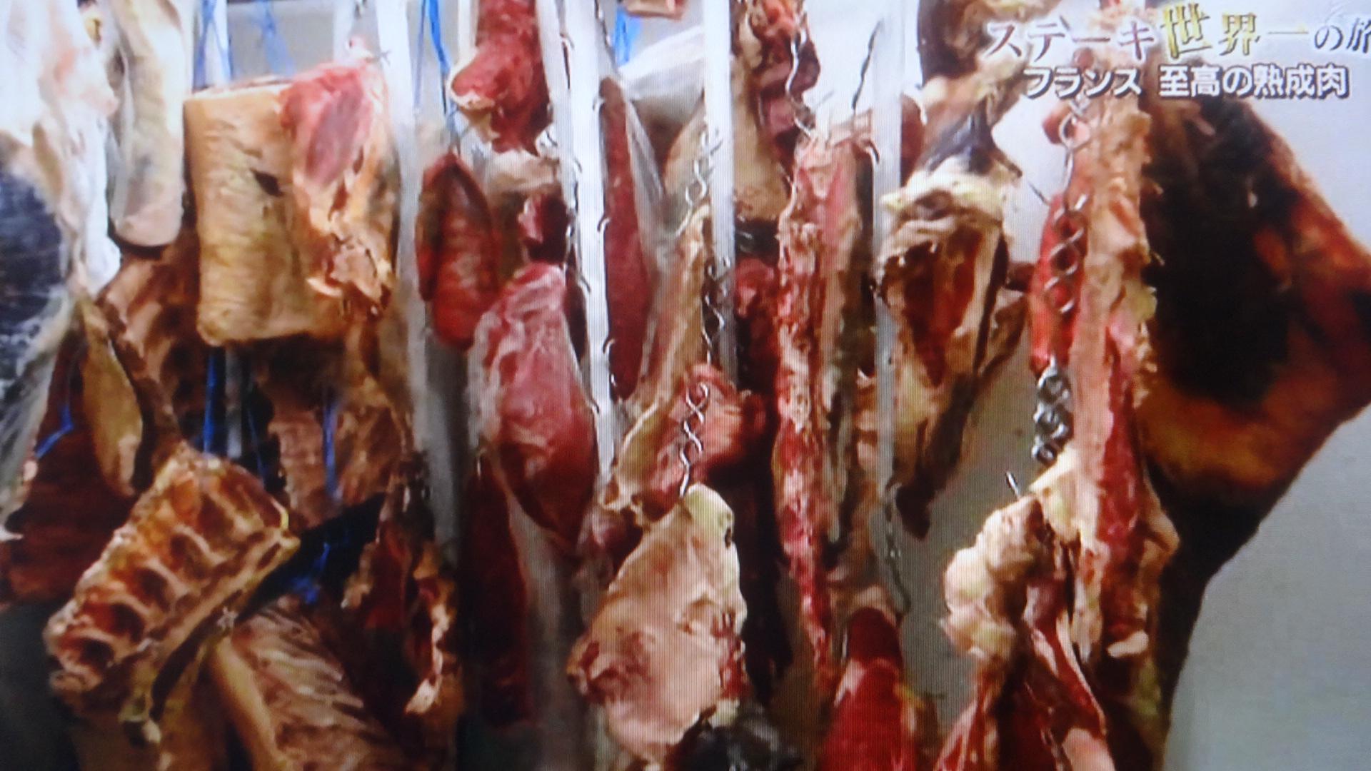 熟成庫に吊るされている肉の塊