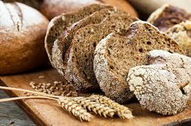 食物繊維を多く含むライ麦パンなどの写真