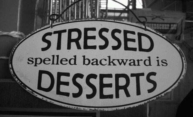 stressedを逆読みするとdessertsだというジョークが書かれた看板