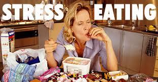 キッチンでストレス食いしている女性