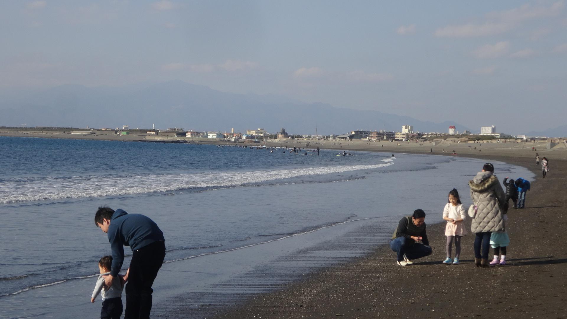 海岸で遊ぶ子供達