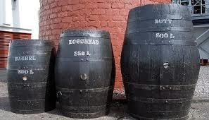 色々な大きさの樽の写真