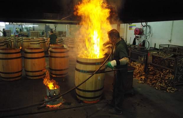樽の内部を焼いている様子
