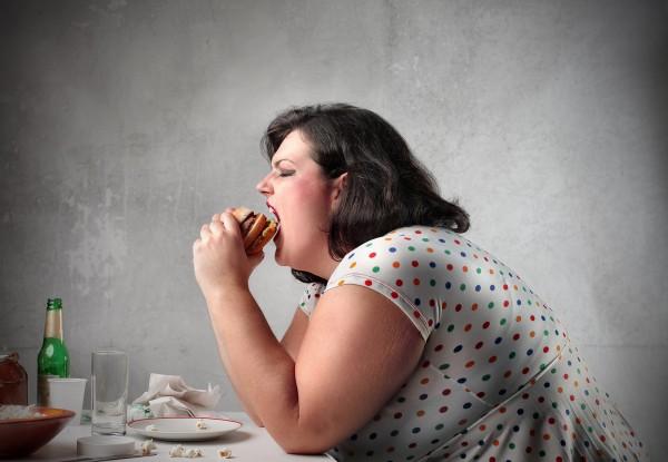 ストレス食いする太った女性の姿