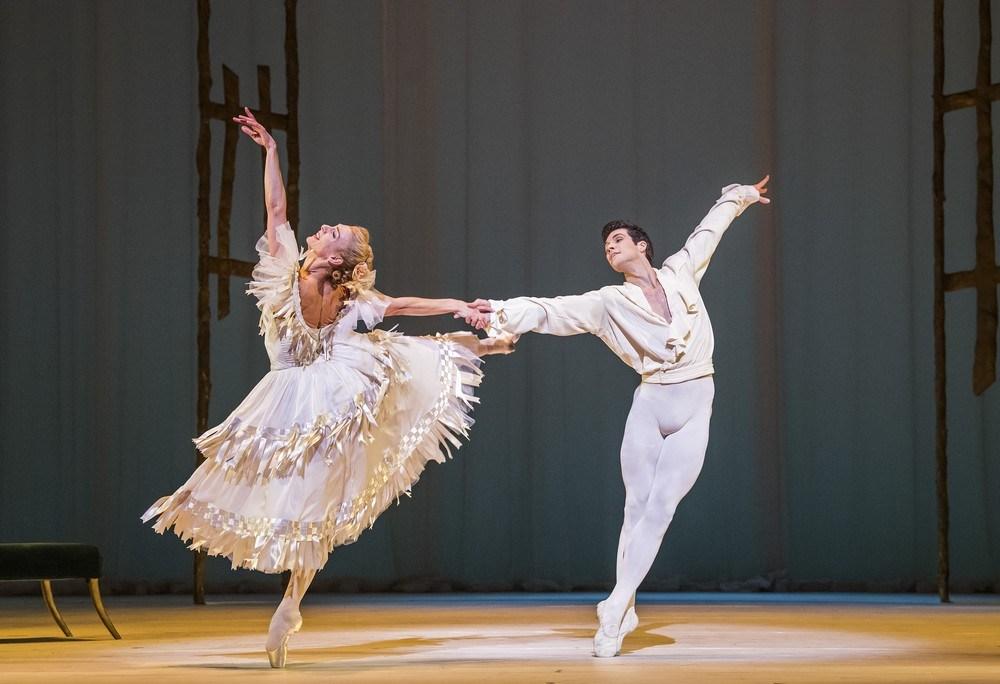 踊るゼナイダ・ヤノウスキーさん