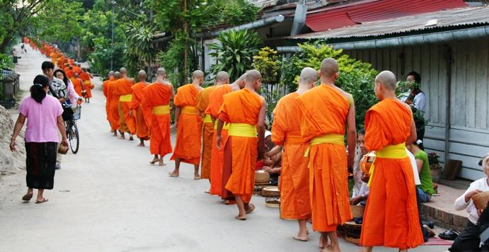 列を作り托鉢する僧侶たち