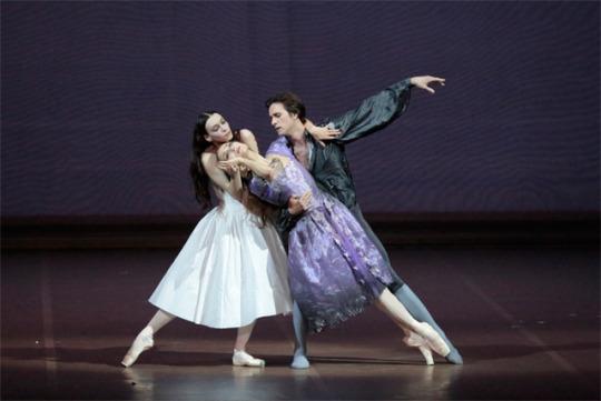 マルグリット・マノン・デ・グリューが一緒に踊るシュールな世界が 繰り広げられるシーン