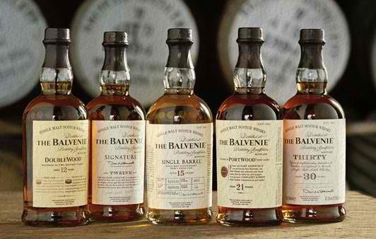 年代物のウイスキーのボトルの写真