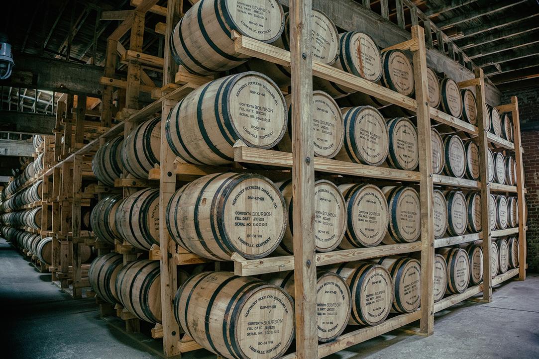 積み上げられた樽の写真