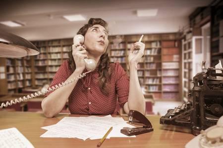 電話をかけるときにタバコを持つ側の手で受話器を持つ人の写真