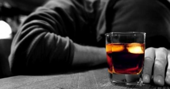 アルコールを飲む男性の写真