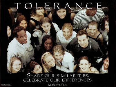 寛容と書かれた表示の下に集うさまざまな人種の人たち