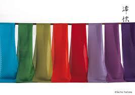 さまさまな色で染められた布