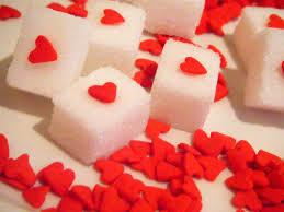 ハートマークが書かれた角砂糖の写真