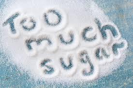 摂取している砂糖が多すぎる と粉砂糖の上に書かれたメッセージ