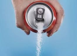 ドリンクの缶から砂糖を捨てる写真