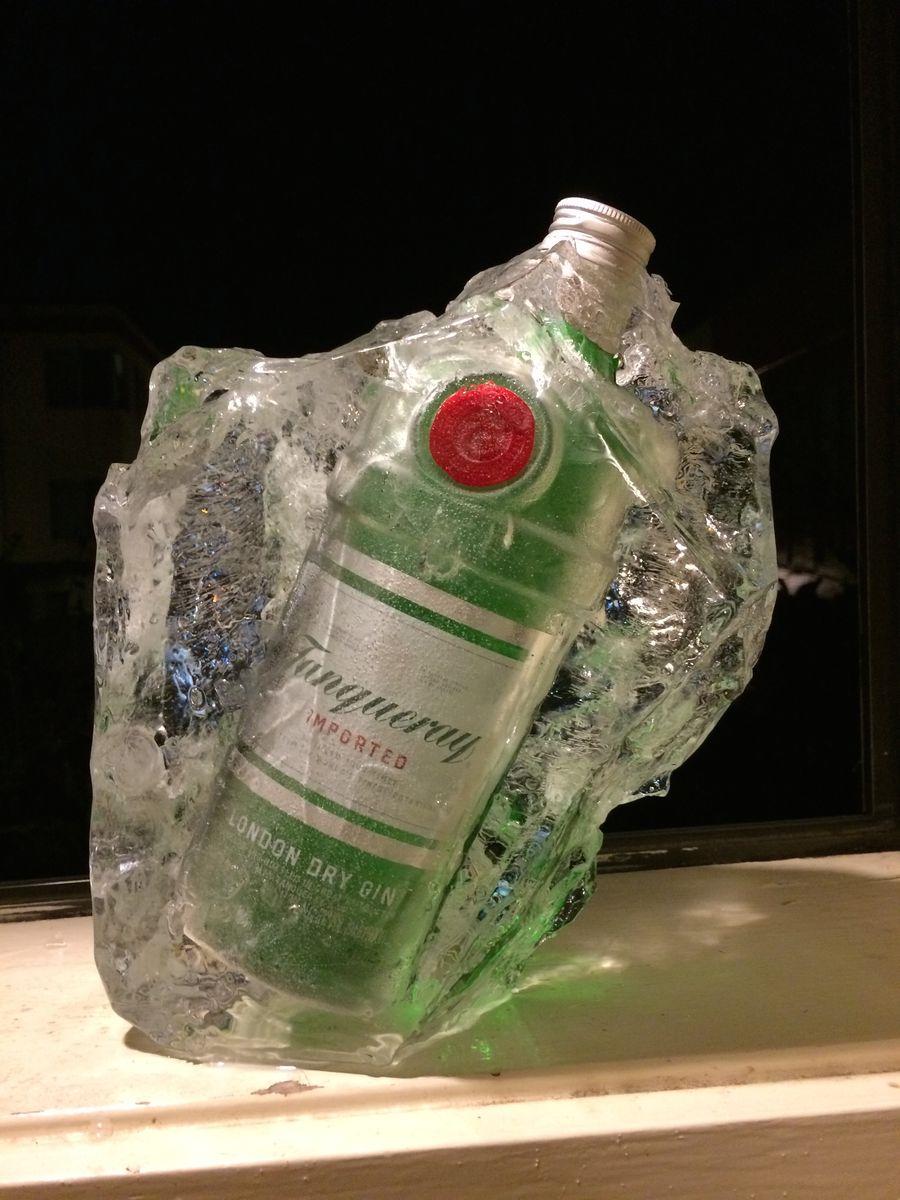 凍ったジンのボトルの写真
