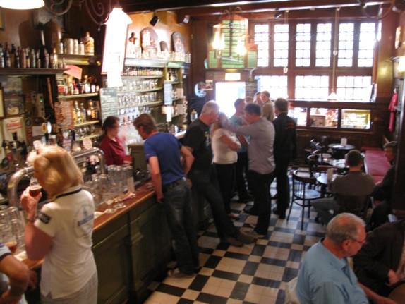 アムステルダムのバーの店内の様子