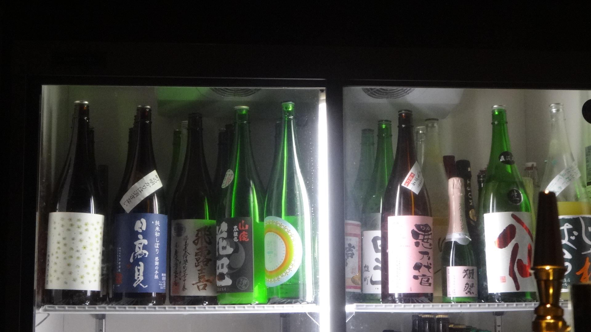 冷蔵庫に並ぶたくさんの一升瓶