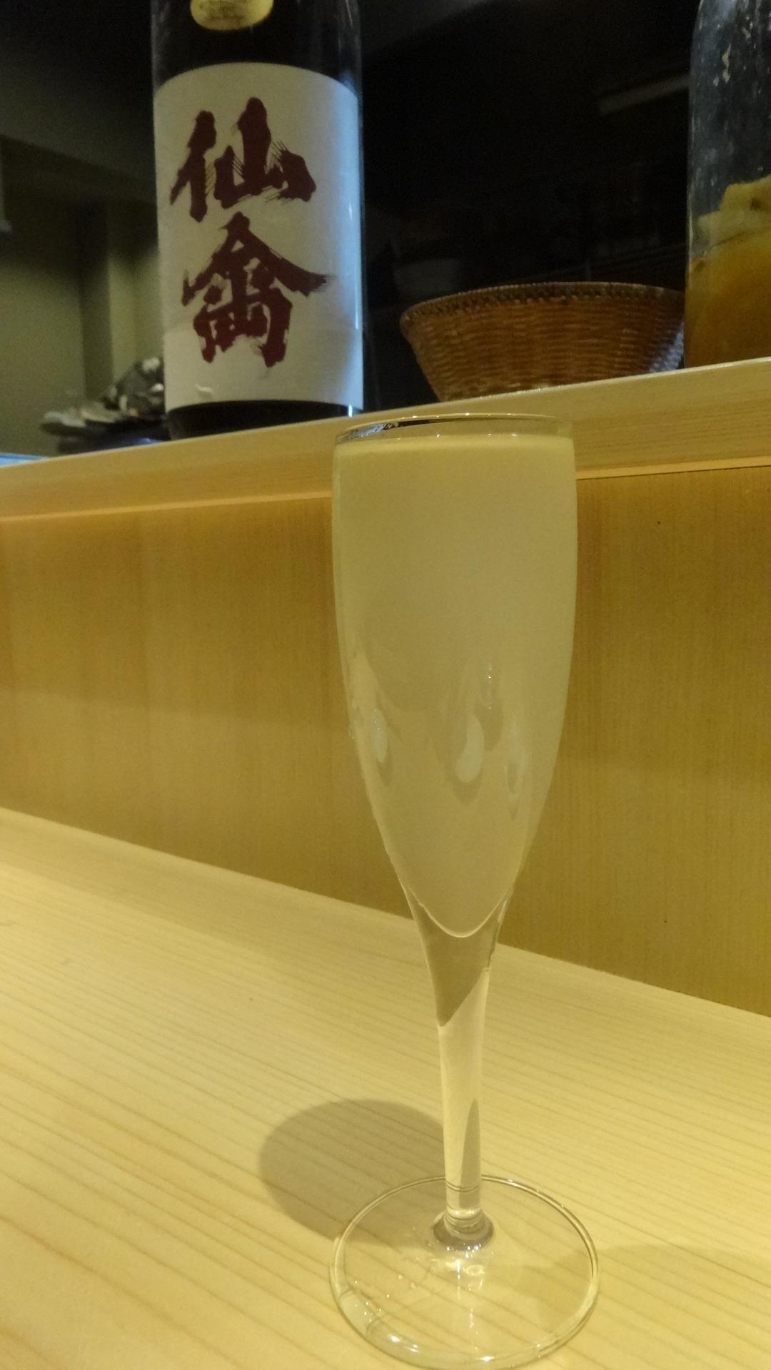 日本酒が注がれたフルートグラス