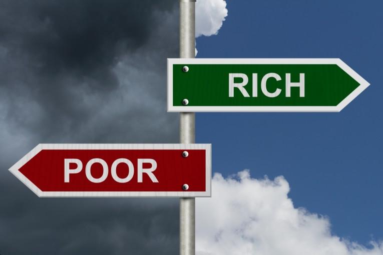 貧富の差を喚起する標識