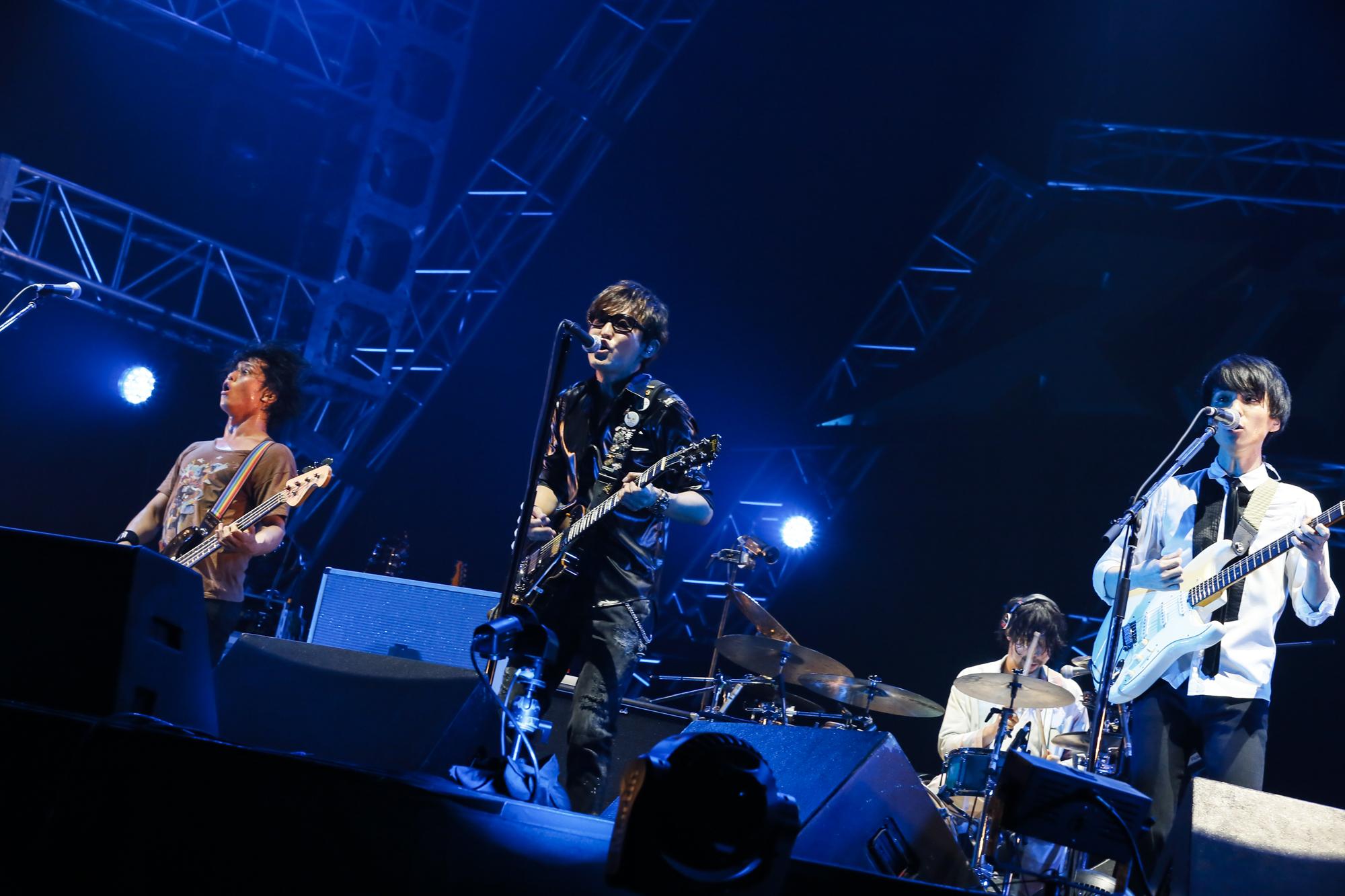 スガシカオと共演するUnison Square Garden