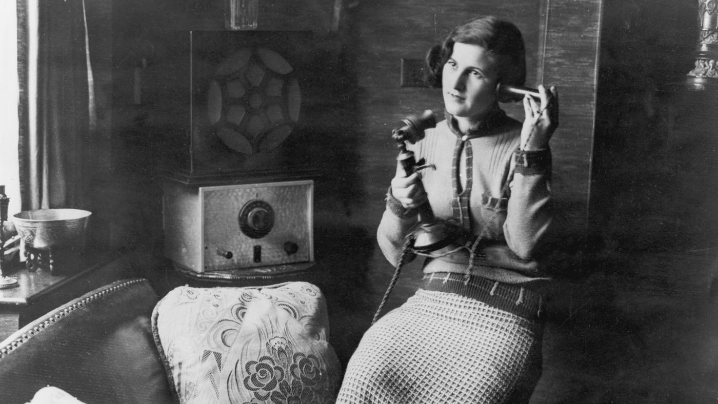 電話でしゃべる女性